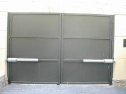 puerta batiente de dos hojas con modulos de chapa bandejas lisas (interior)