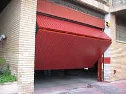 Puerta basculante con chapa perfil puerta