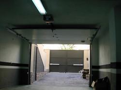 puerta seccional y de fondo batiente de dos hojas