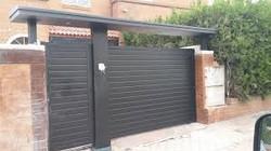 Puerta batiente lamas horizontales + puerta peatonal