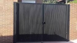 Puerta Batiente de dos hojas perfiles veticales