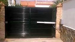 Puerta batiente de una hoja con lama z horizontal