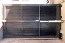 Puerta batiente perfiles metálicos