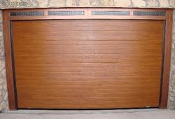 puerta seccional acanalada lisa color madera