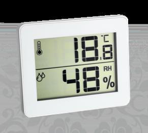 Термометр-гигрометр показывает условия хранения материалов на складе швейного производства