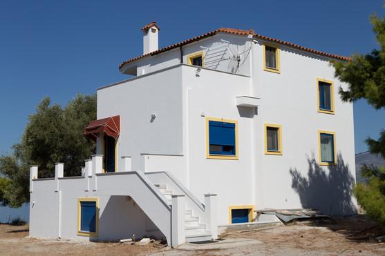 Εξοχική κατοικία με θερμοδιακοπτόμενα κουφώματα σε μπλε χρώμα