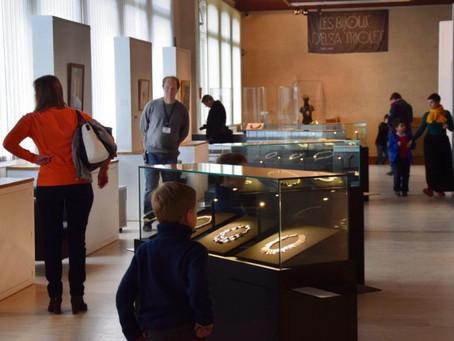 Les bijoux d'Elsa Triolet en vitrine au musée de Dieppe