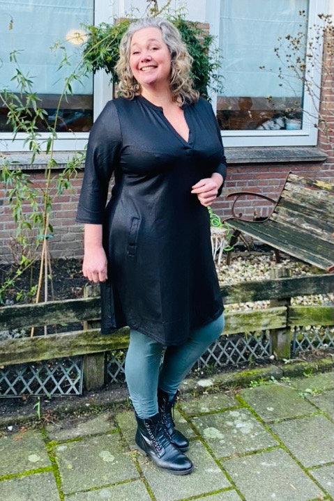 Zwart jurkje leatherlook in de maten 44, 46, 48, 50