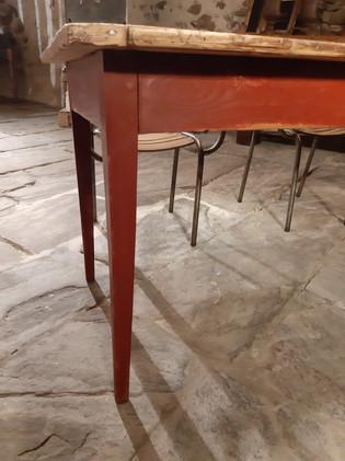Table de ferme rouge