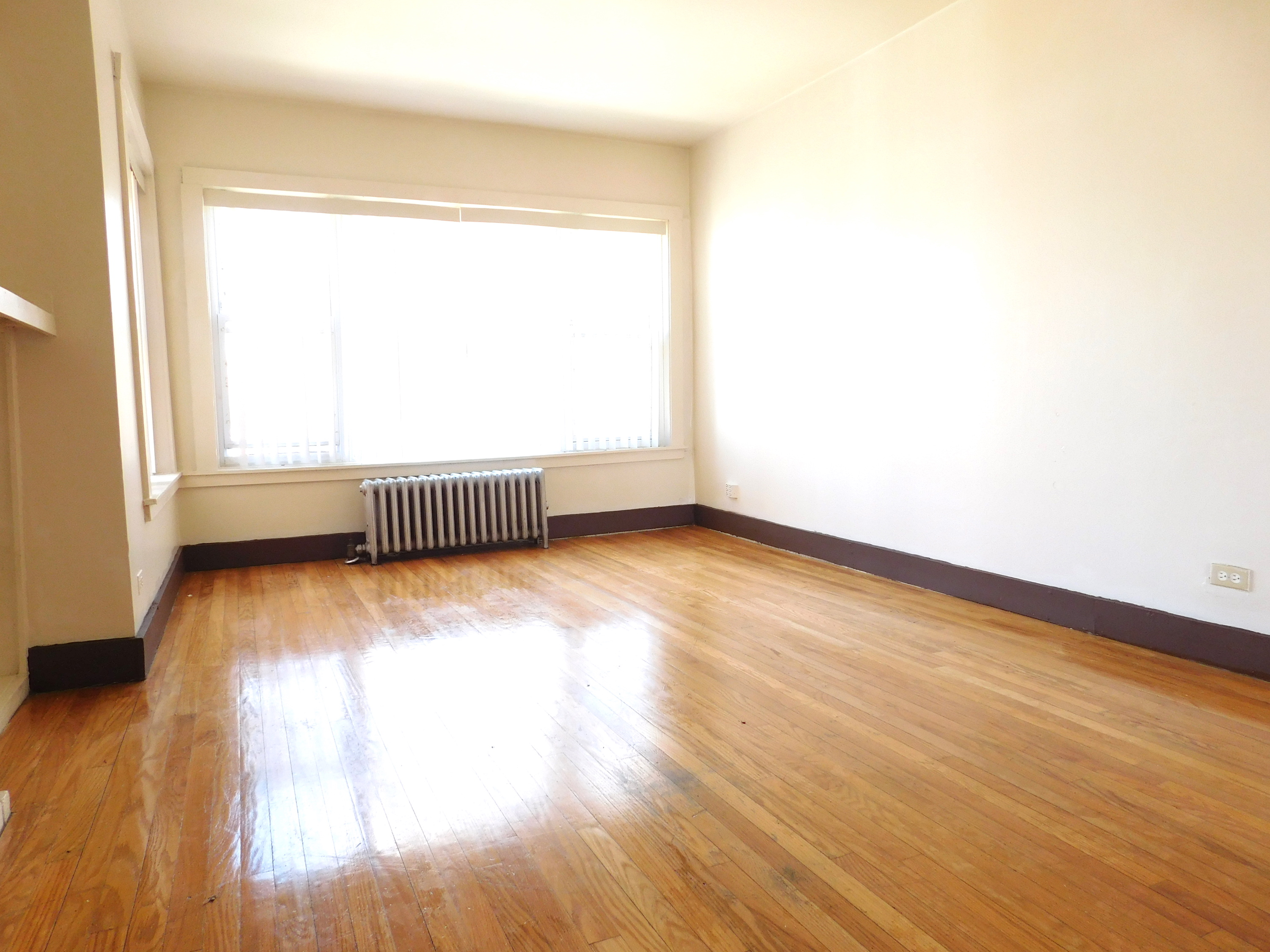 2 bedroom in Austin Chicago utilities included - living room