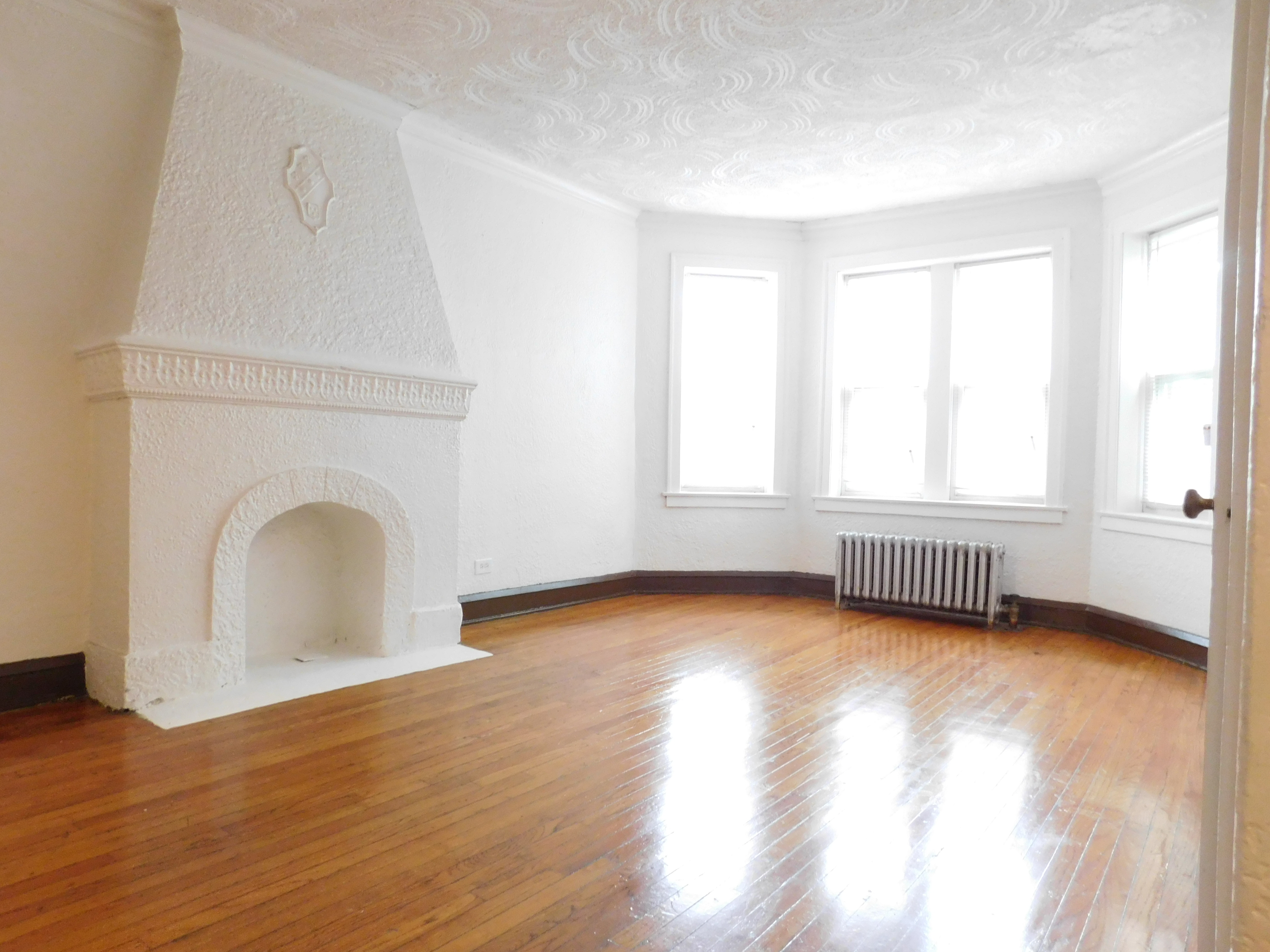 1 Bedroom apartment in Austin Chicago - Living room with decorative fireplace