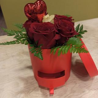 Cappelliera con cassettino porta regalo e Rose rosse, Rosa bianca al centro, Felce