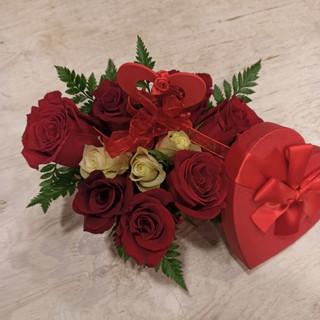 Rose rosse e bianche, Felce intorno e cuore - scatola rossa a cuore