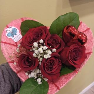 Bouquet di Rose rosse, Gypsophila, Salal - supporto in Sisal a forma di cuore con pick a forma di cuore