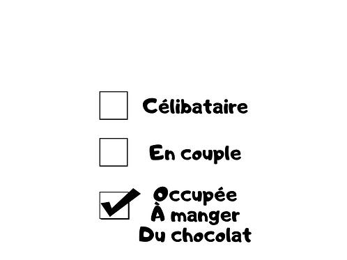 Occupée à manger du chocolat