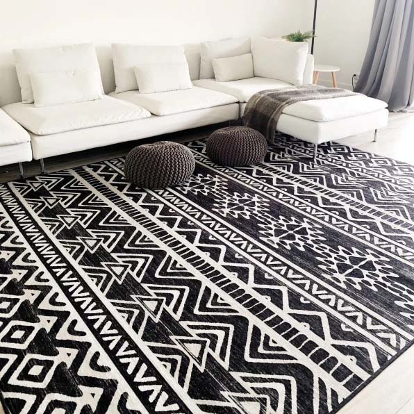 Geometric patterned area rug in black an white