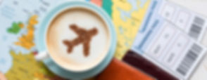 una mappa, biglietti aerei, una tazza, un aeroplano
