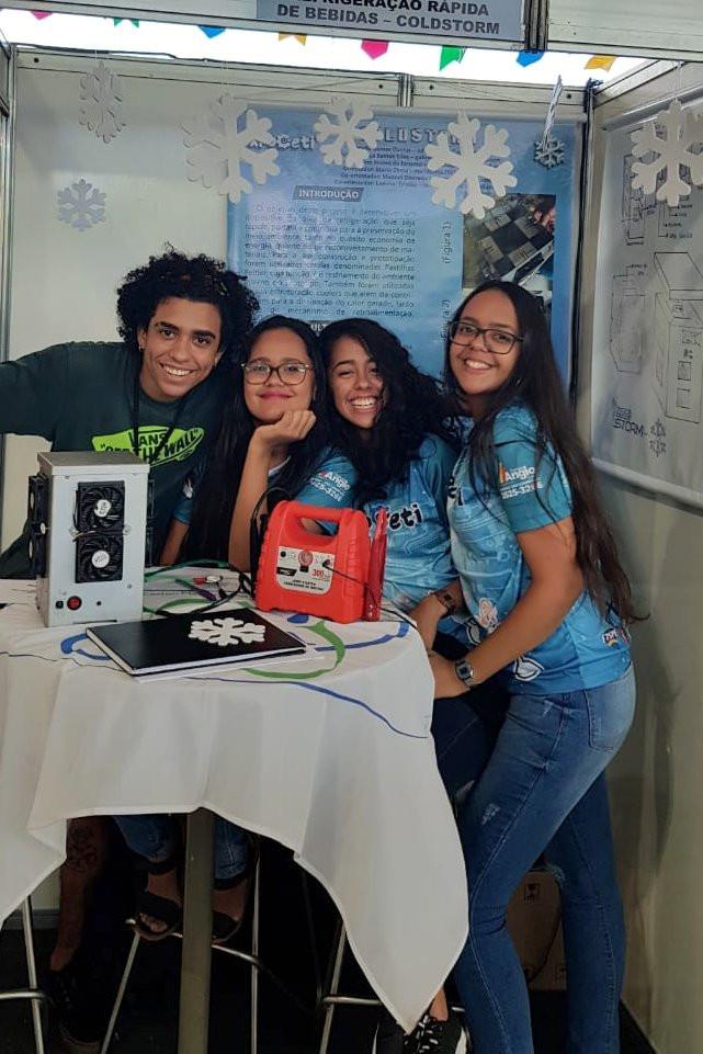 Equipe do projeto ColdStorm que criou 'micro-ondas ao contrário' — Foto: Gabrielly Vilaça