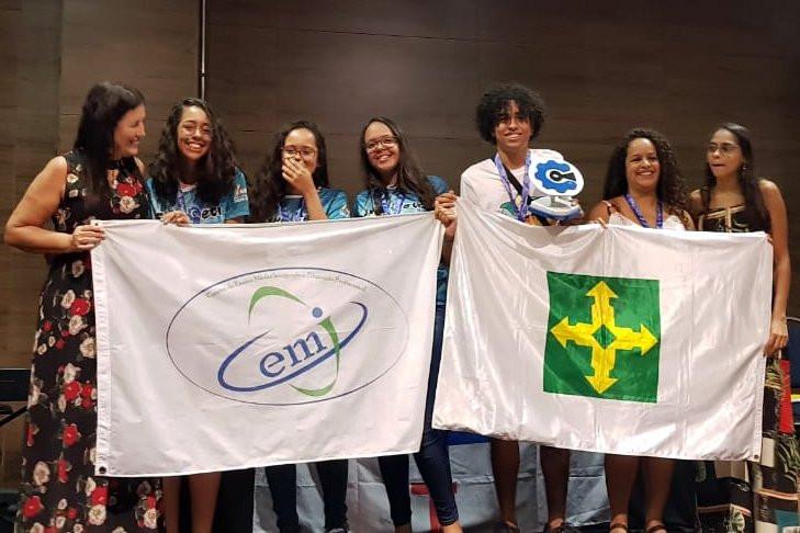 Equipe do projeto ColdStorm que criou 'micro-ondas ao contrário' — Foto: Eliete Bahia