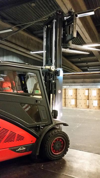 Logistikkonsult - Sim Logistics - Motviktstruck med extra lågt stativ för lossning och lastning av järnvägsvagnar och container.