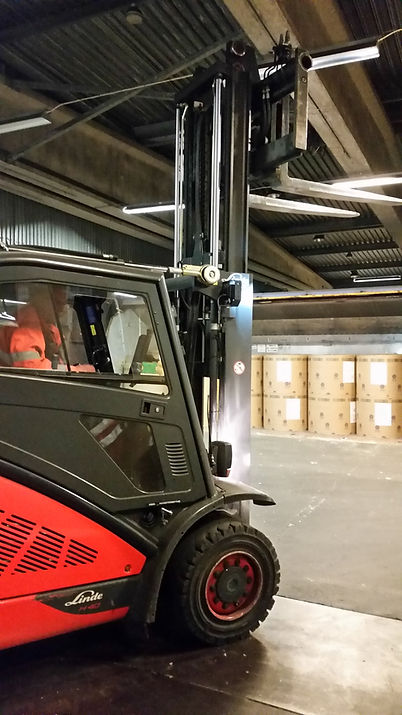Logistics consultant - Sim Logistics - Counter balanced forklift with extra low mast for unloading and loading of waggons and containers.