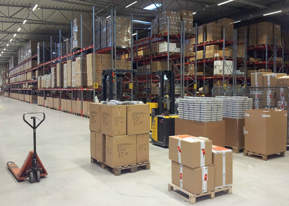 Logistics consultant - Sim Logistics - Goods receiving area in warehouse with racks, forklifts and pallets.