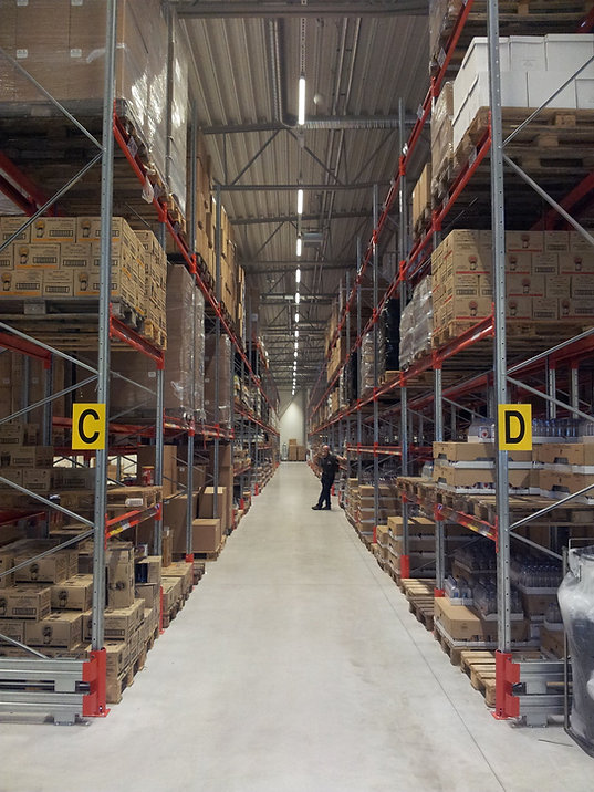 Logistics consultant - Sim Logistics - Forklift aisle with conventional pallet racking at warehouse tour during pre study.