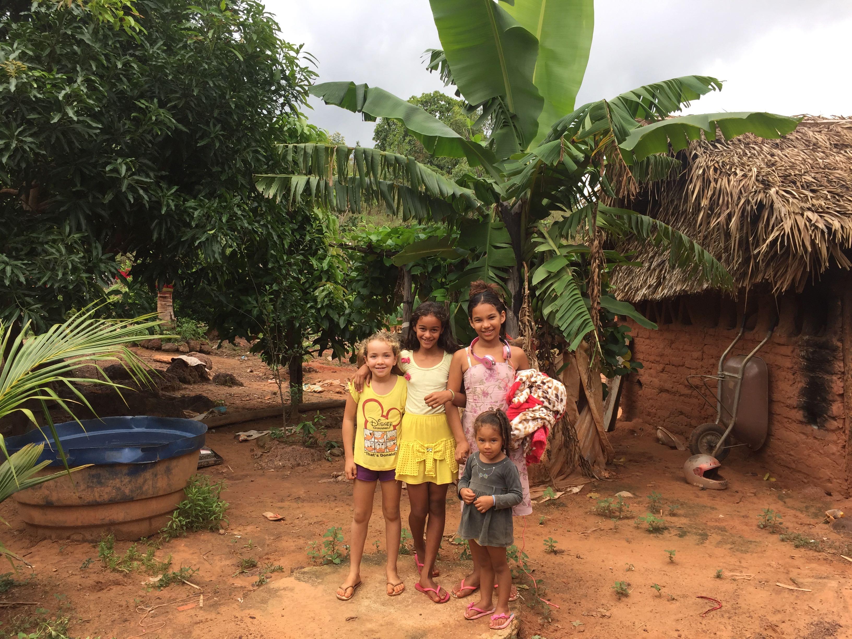 Familie, die ein Haus geschenkt bekam