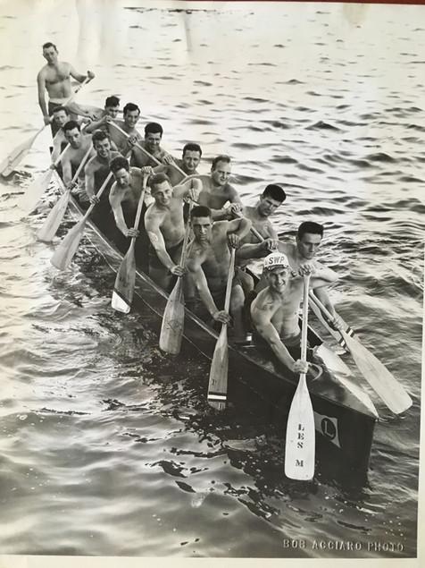 Canoë de guerre (capitaine William Breandel) 1951 © Bob Acciaro Archives Musée de Lachine [R6-B]
