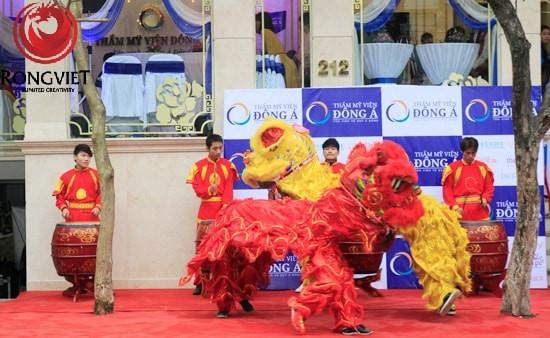 Đúng 9h30, màn múa lân tưng bừng đã mở màn cho buổi lễ khai trương TMV Đông Á