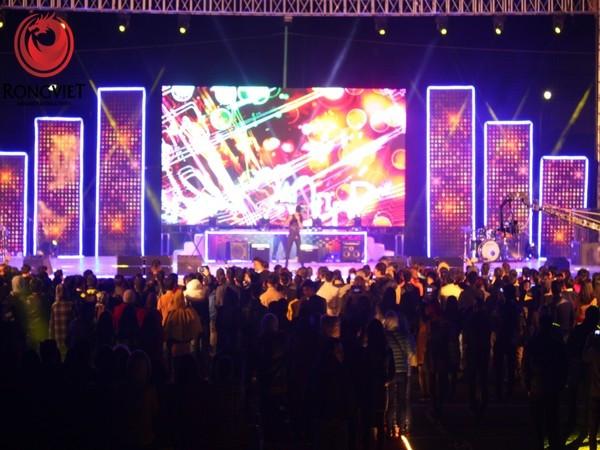 sân khâu chính của chương trình được được trang bị màn hình điện tử và thiết bị ánh sáng