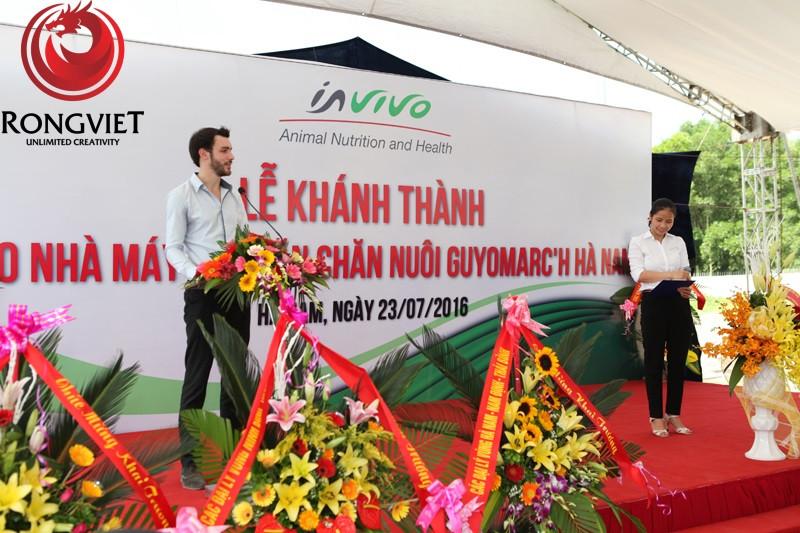 lãnh đạo của công ty phát biểu trong buổi lễ