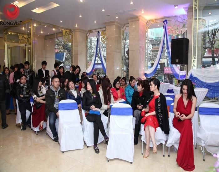 10h10. Đại diện khách mời phát biểu chúc mừng lễ khai trương TMV Đông Á