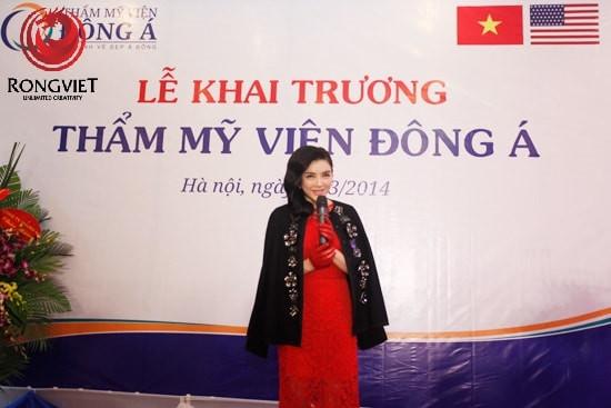 Diễn viên Lý Nhã Kì phát biểu chúc mừng lễ khai trương của thẩm mỹ viện