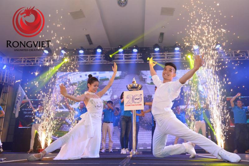 Sân khâu có trang bị đèn lửa - Tổ chức sự kiện - Công ty sự kiện Rồng Việt