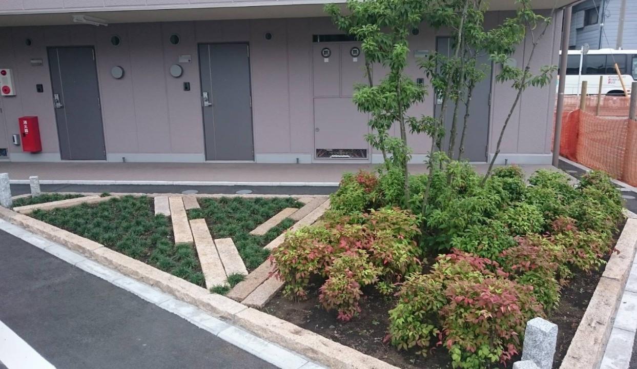「川崎区アパート前花壇」