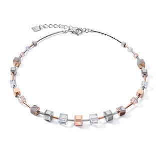 Ton in Ton, zeitlos schön: Bei dieser Neuinterpretation des GeoCUBE® Klassikers verbinden sich funkelnde Swarovski® Kristalle und Botswana-Achat zu einer besonders eleganten Halskette