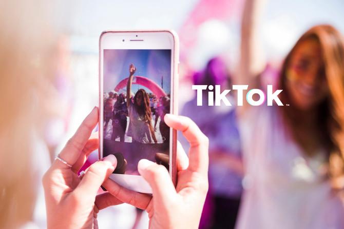 Pregunta: Mi hijo utiliza TikTok, ¿qué puedo hacer para cuidarlo mientras lo usa?