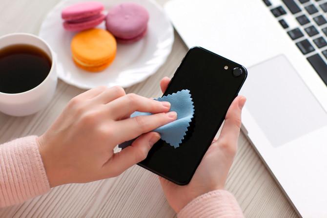 ¿Cuáles son las posturas y hábitos correctos para usar el celular?