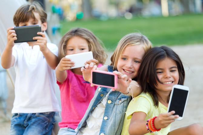 Preguntas que debes hacerte antes de comprarle un celular a tu hijo