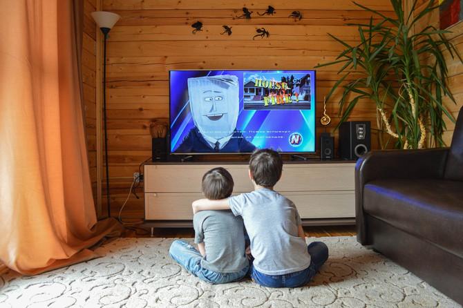 Niños mexicanos pasan más de 4 horas diarias viendo tele