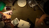 Escape Room Gegenstände, wie Uhr, Pistole, Kamera
