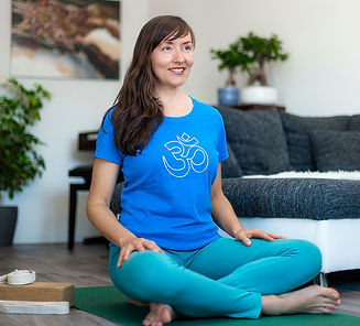 Home-Yoga_Online_Claudiyengar2021.jpg