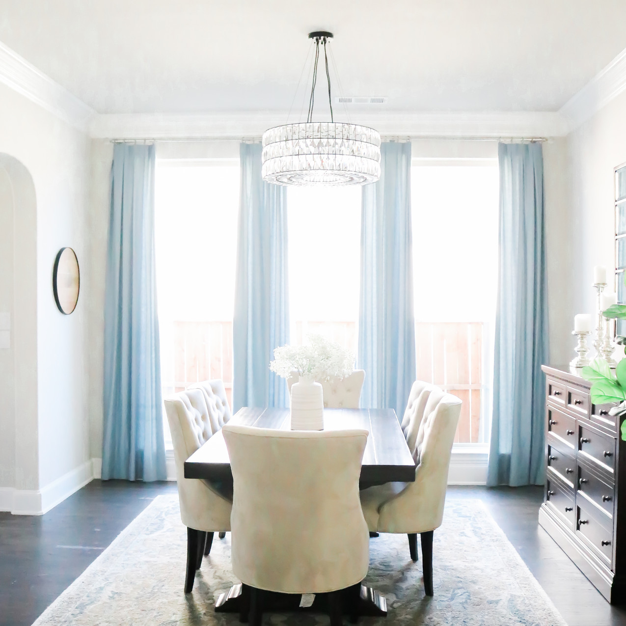 Dining room by Laura Design & Co