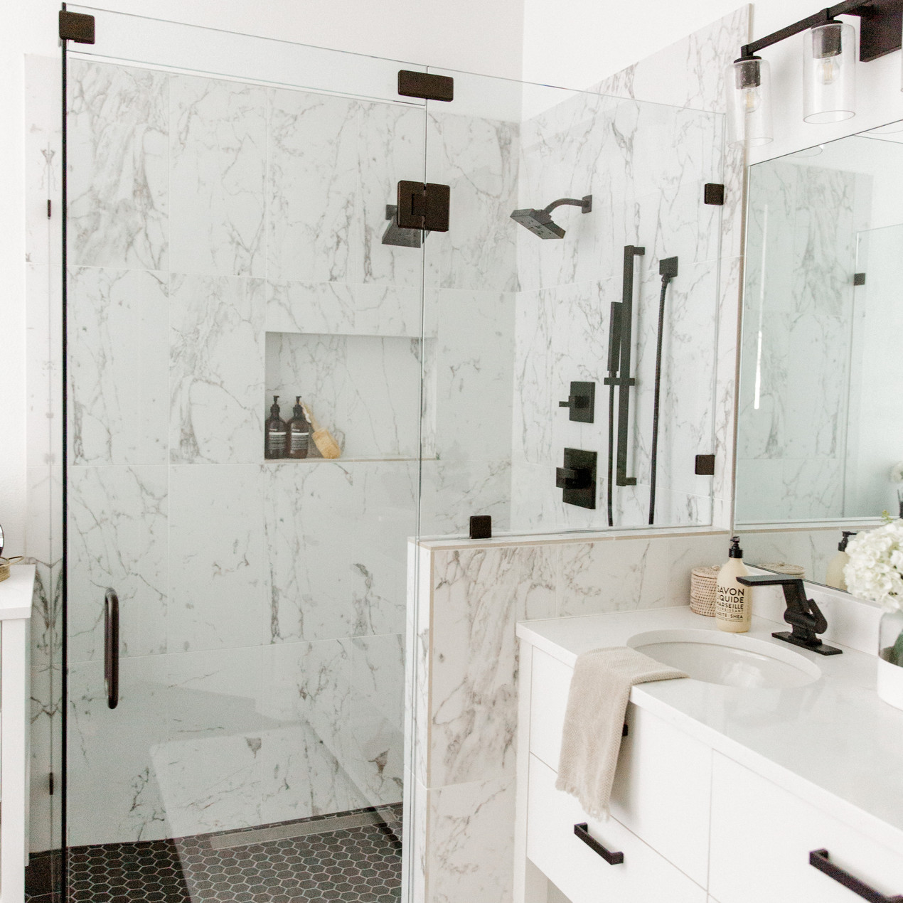 Bathroom design by Laura Design and