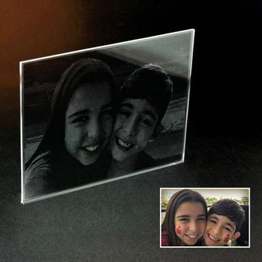 Irmã e irmão sorridentes