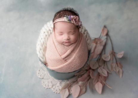 ottawa-newborn-photographer-bucket-pose-