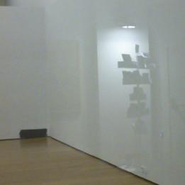Podria ser art contemporani... però només és una ombra a la paret de la galeria