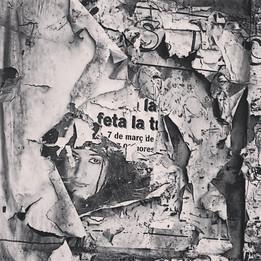 Podria ser art contemporani... però són restes de cartells en una porta abandonada