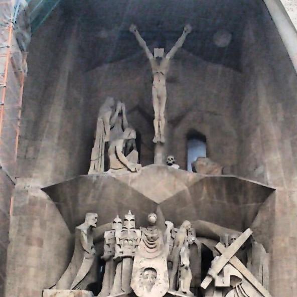 Podria ser art contemporani... però són unes figuretes per decorar un edifici ja sobredecorat